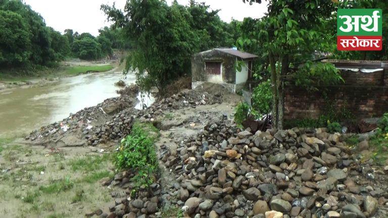 विराटनगरस्थित सिंघीया खोला किनारमा गहिरो खाडल खनेर लथालिङ छाडियो, सुकुम्बासी बस्ती जोखिममा (भिडियो)